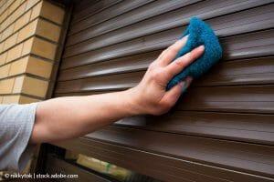 ¿Cómo reparar una persiana enrollable que se ha trabado?